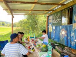Kinder kochen Essen auf der Ferienfahrt