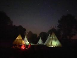 Tipi-Lager bei Nacht
