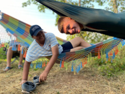Zwei Jungs in einer Hängematte-Ferienfahrt